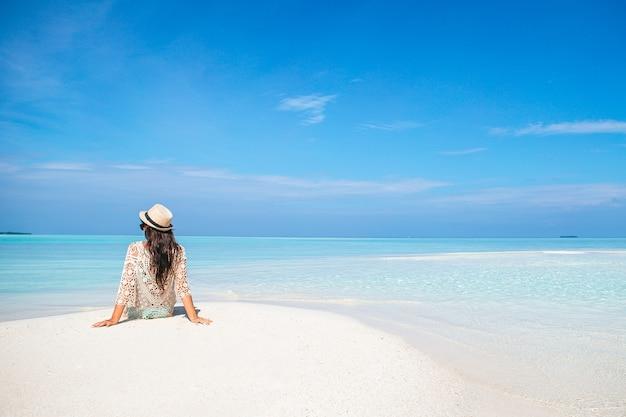 해변 휴가에 젊은 아름 다운 여자