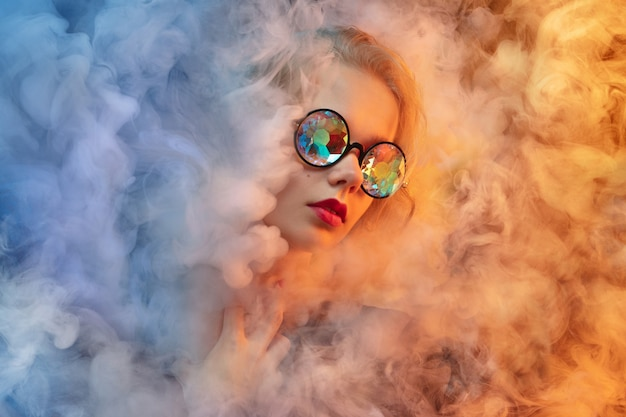 Молодая красивая женщина на стене студии неонового цвета