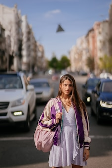 車の背景に若い美しい女性