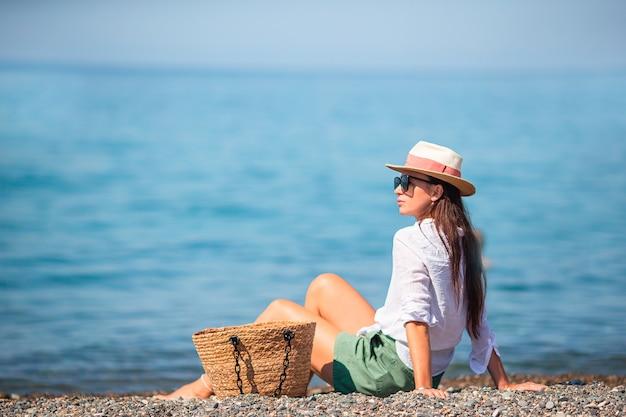 해변 일광욕에 젊은 아름 다운 여자.