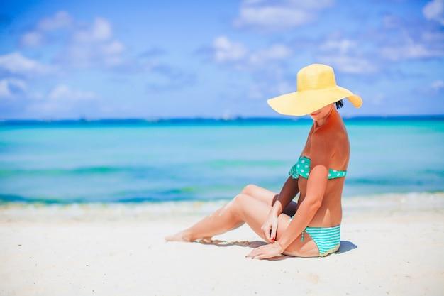일광욕하는 해변에서 젊은 아름 다운 여자