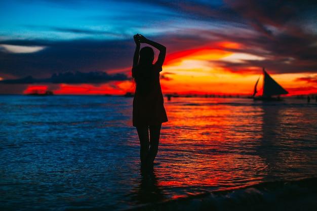 하얀 모래 열 대 해변 일몰에 젊은 아름 다운 여자