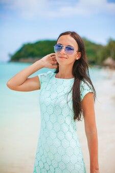 하얀 모래 열 대 해변에서 젊은 아름 다운 여자