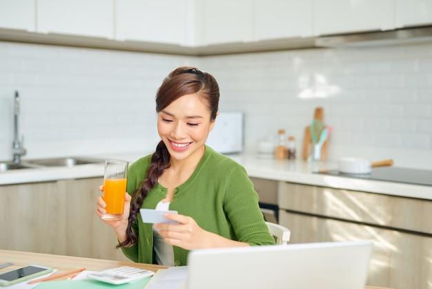 신용 카드로 세금을 지불하는 젊은 아름 다운 여자