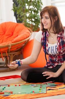 Giovane bella donna che gioca a casa