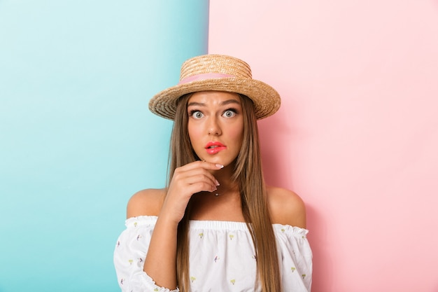 帽子をかぶって孤立したポーズの若い美しい女性。