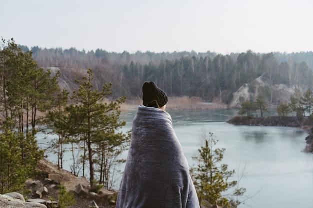Молодая красивая женщина позирует на озере