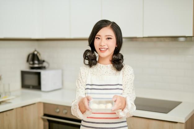 自家製パンを準備する若い美しい女性