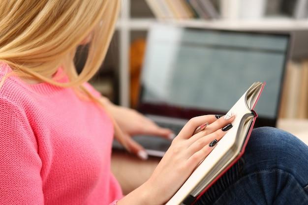 若い美しい女性は、本の勉強を読んで、試験の準備を一生懸命