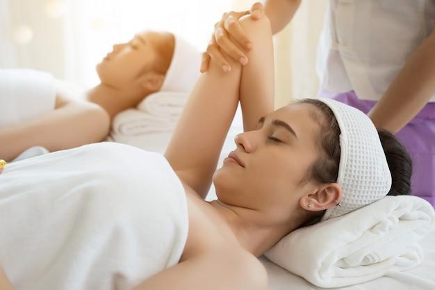 Молодая красивая женщина получает массаж тела в спа.