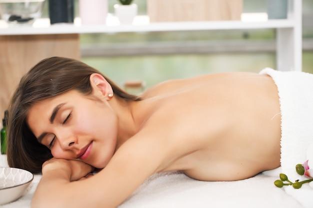 Молодая красивая женщина, получающая спа-процедуры в салоне красоты курорта. оздоровительный массаж. салон красоты.