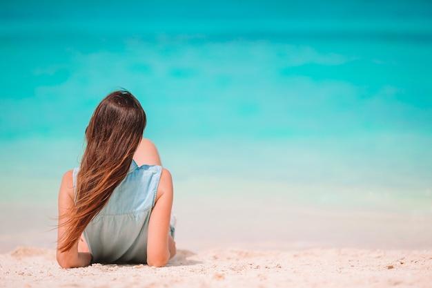 하얀 모래 열 대 해변에서 편안한 젊은 아름 다운 여자