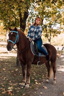 말을 타고 젊고 아름다운 여자