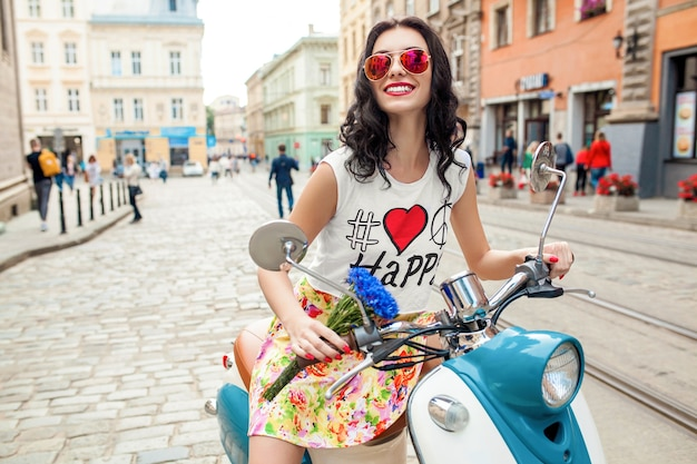 バイクの街の通りに乗って若い美しい女性