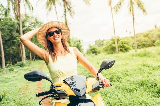 Молодая красивая женщина верхом скутер
