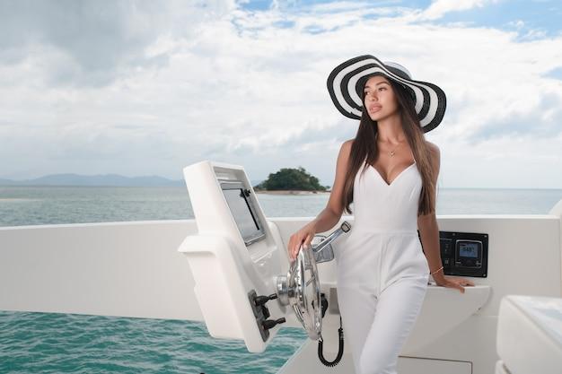 Молодая красивая женщина плывет на яхте