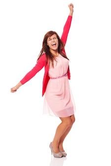 Молодая красивая женщина кричит от радости