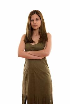Молодая красивая женщина стоя со скрещенными руками