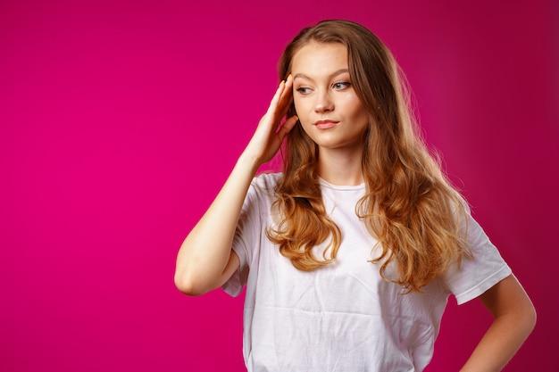 Молодая красивая женщина страдает от головной боли с руками на голове крупным планом