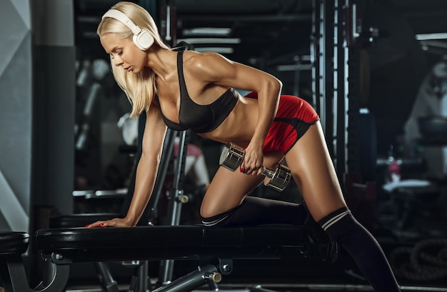 체육관에서 훈련하는 젊은 아름 다운 여자.
