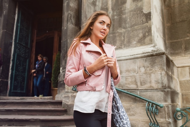 Giovane bella donna che viaggia in europa