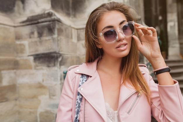 유럽에서 여행하는 젊은 아름 다운 여자
