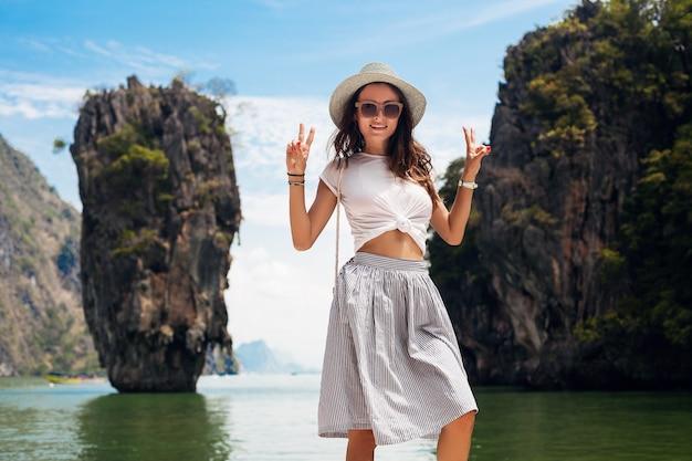 タイを旅行する若い美しい女性、夏休み、カジュアルなスタイル、サングラス、帽子、綿のスカート、tシャツ、笑顔、幸せ、冒険