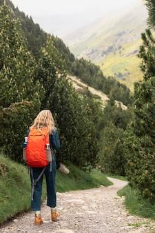 Молодая красивая женщина, путешествующая в горах