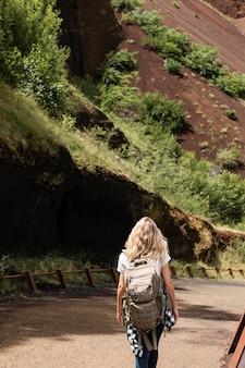 山を旅する若い美しい女性