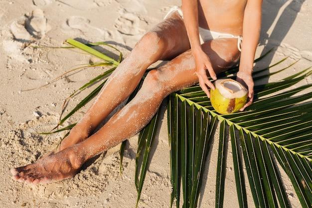 Giovane bella donna sulla spiaggia tropicale, vacanze estive in thailandia