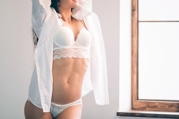 아침에 깨어 난 젊은 아름답고 여자가 완전히 쉬었습니다.
