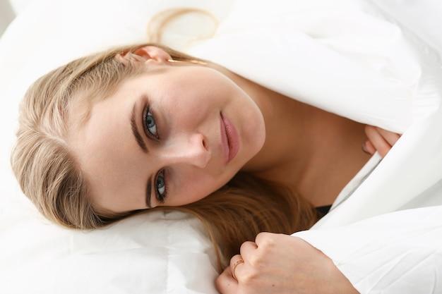 Молодая красивая женщина просыпается утром концепции