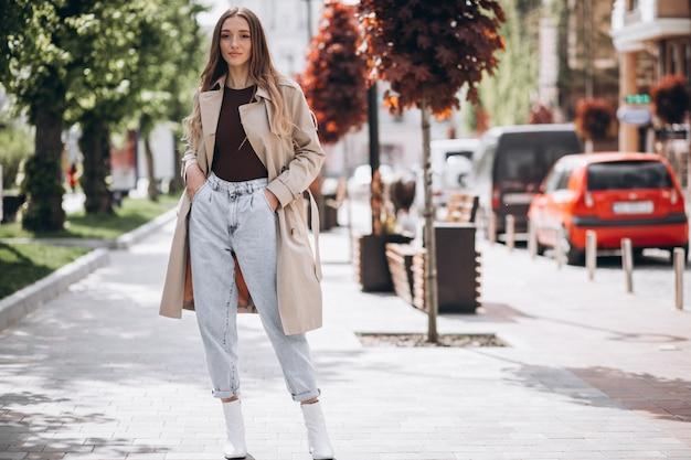 公園を歩いて若い美しい女性