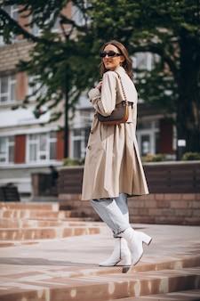 도시에서 걷는 젊은 아름 다운 여자