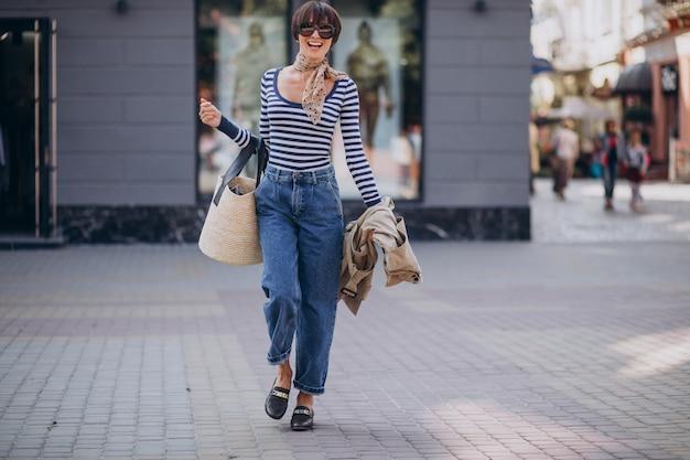 Молодая красивая женщина гуляет в солнечный день