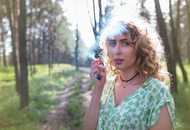아름 다운 젊은 여자는 숲에서 산책