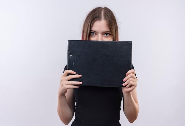 Giovane bella donna che indossa la t-shirt nera coperta di fronte con appunti sul muro bianco isolato