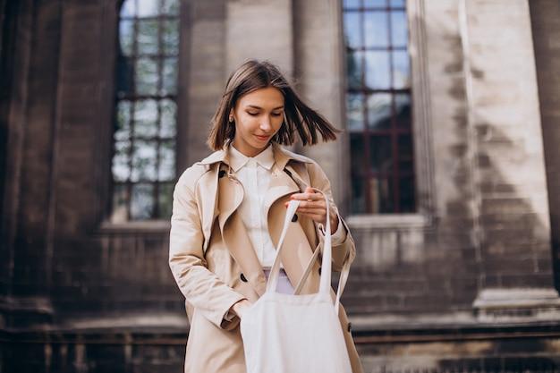 街を歩くコートを着た若い美女