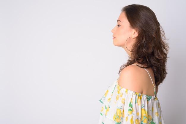 오프 숄더 드레스를 입고 젊은 아름 다운 여자