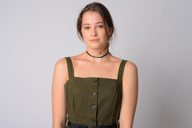 Молодая красивая женщина в зеленом платье