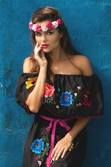 伝統的なメキシコのドレスを着ている若い美しい女性