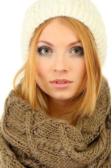 冬の服を着て、白で隔離の若い美しい女性