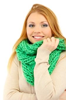 흰색 절연 차가운 바람에 겨울 옷을 입고 젊은 아름 다운 여자