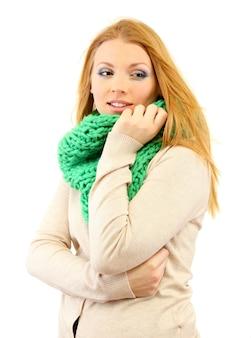 冷たい風に冬の服を着て、白で隔離の若い美しい女性
