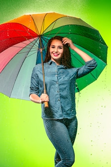 Молодая красивая женщина с зонтиком.