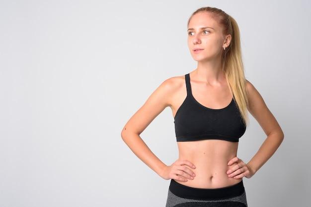 금발 머리 체육관에 대 한 준비를 가진 젊은 아름 다운 여자
