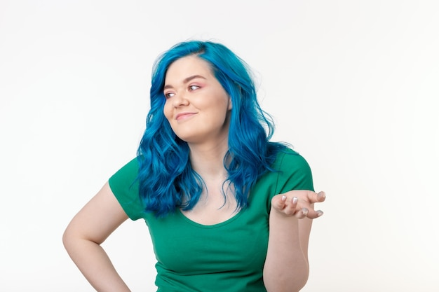 白い背景の上に立っている驚きの表情と青い髪の若い美しい女性