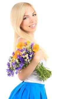 Молодая красивая женщина с цветами, изолированными на белом