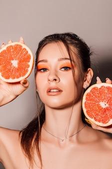 Молодая красивая женщина с фруктами