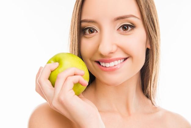 Молодая красивая женщина с зеленым яблоком